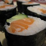 En dan ligt er dus zulke mooie Sushi op een schaal.