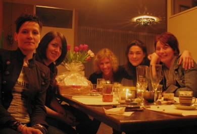 eigenlijk was de foto niet door iedereen goedgekeurd, maar toch kan ik het niet laten. Want het was gewoon gezellig en ik wil het me herinneren. Diner with the girls.