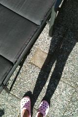 Mijn roze crocks en ik nog maar 1 stap te verwijderd van ons nieuwe zonnebed!